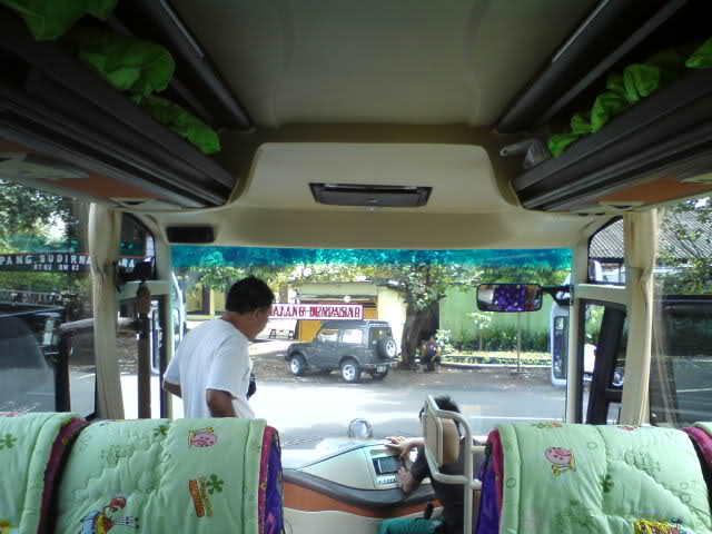 Karena posisi ini membuatmu dapat menyaksikan bagaimana bus ini melaju...