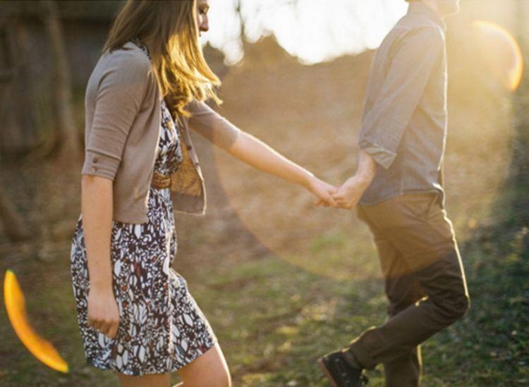 Berpegangan tangan akan menunjukan kita kuat bersama
