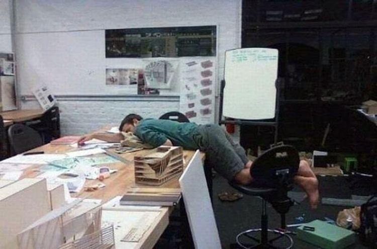 Pose tidur di kantor