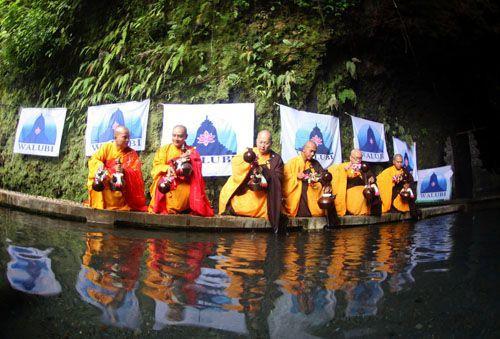 para biksu mengambil air suci di umbul jumprit untuk waisak