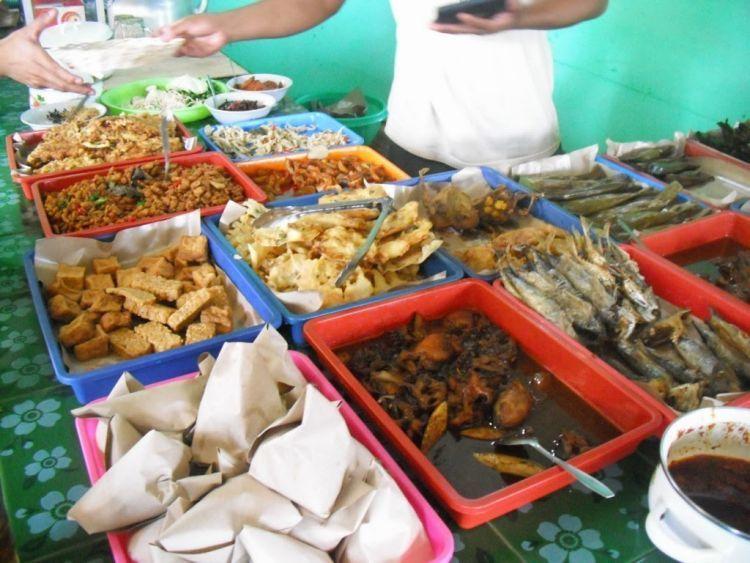 Berbagai hidangan pelengkap nasi kasreng