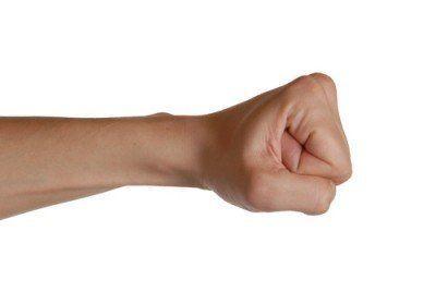 Rileks, dan tekan kepalan tangan ke atas dan kebawah