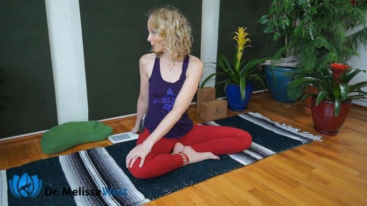 Gerakan yoga namaste twist saat puasa