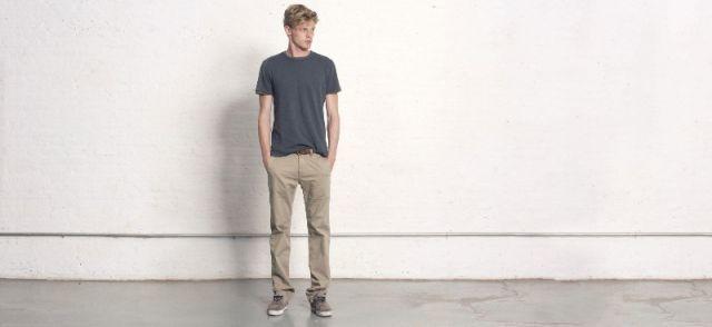 T-shirt, jeans, dan sneakers