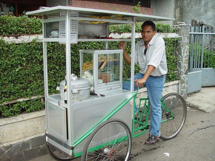 Indonesian_travelling_meatball_vendor_on_bike