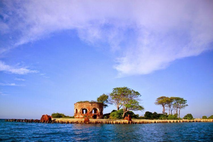 Pulau Onrust dari kejauhan