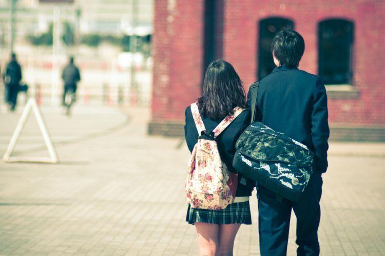 Sekolah menjadi salah satu tempat yang turut andil dalam cinta pertama