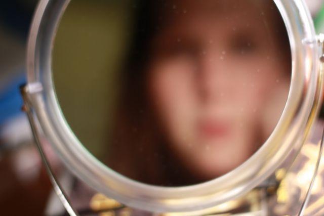 senang bercermin