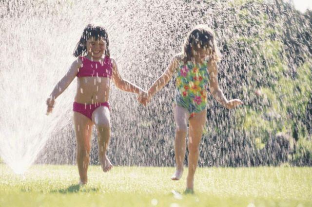 Bermain air di halaman