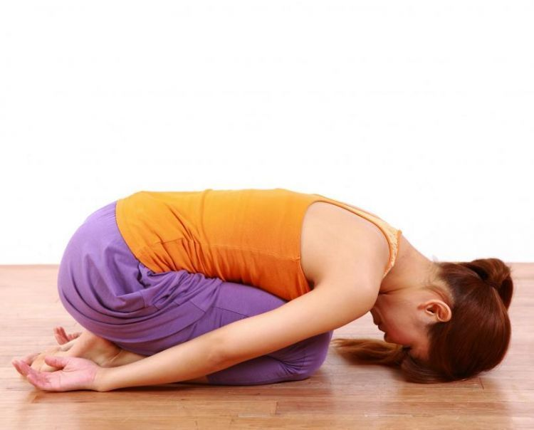 Pose yoga saat berpuasa