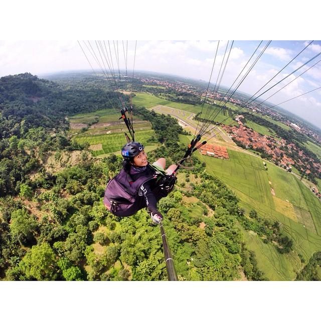 Paralayang di Gunung Panten. Foto IG: @satyawinnie.