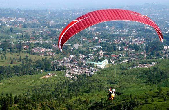 Bermain paralayang di Puncak Bogor