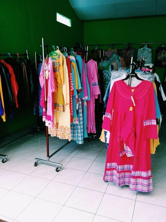 Belanja celana kolor sampai baju untuk lebaran pun ada