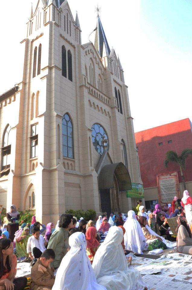 Sholat ied di halaman gereja