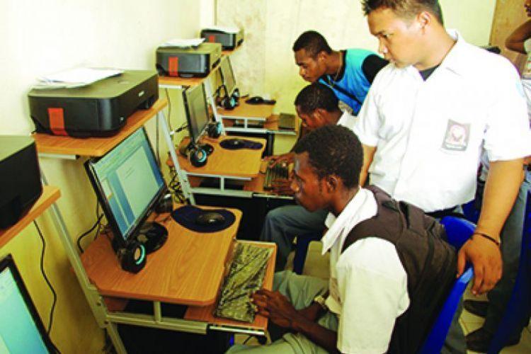 7-PT Pertamina EP Menyumbang Buku dan Komputer ke SD SMP SMA di Klamono_IMGP2421 - Copy