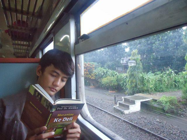 Baca buku aja biar kamu nggak bosen!