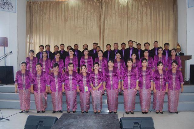Salah satu grop koor gereja. Menyanyi merupakan hal yang biasa bagi suku Batak.