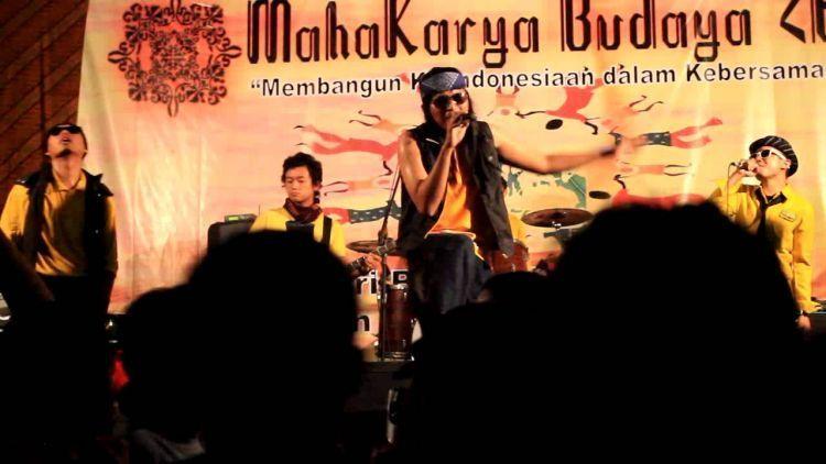 Penampilan Sastro Moeni, band anak Sastra UGM