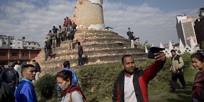 Berfoto di reruntuhan gempa Nepal