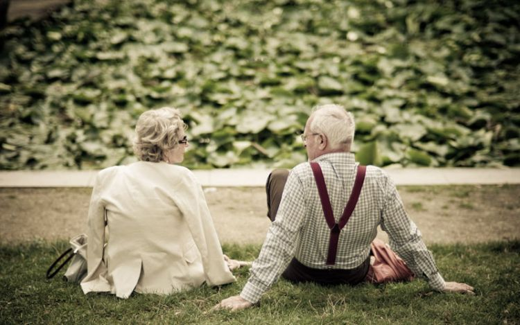 old-couple-holding-hands-photos-7