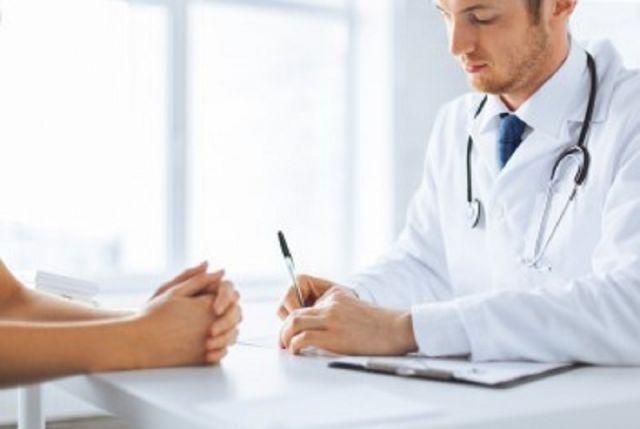 Dokter Mewawancara Medis Pasien