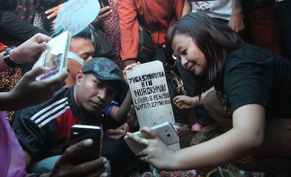 Masyarakat yang berfoto selfie di makam Olga Syahputra