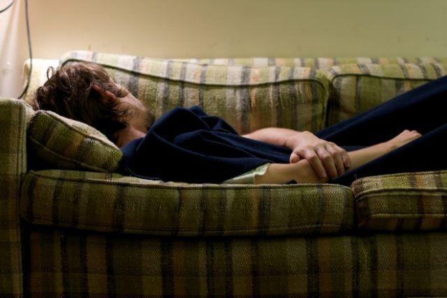 Tidur di sofa bisa jadi solusi