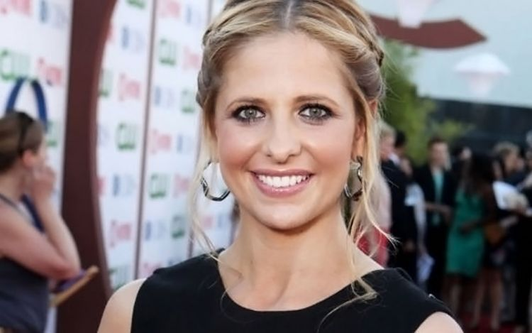 110922070230-sarah-michelle-geller-red-carpet-story-top