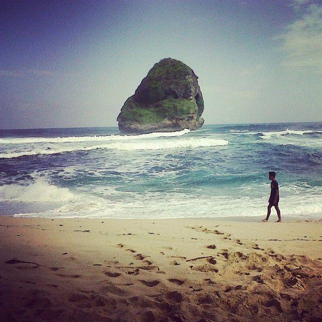 Pantai Goa Cina yang punya sunrise terapik di Malang