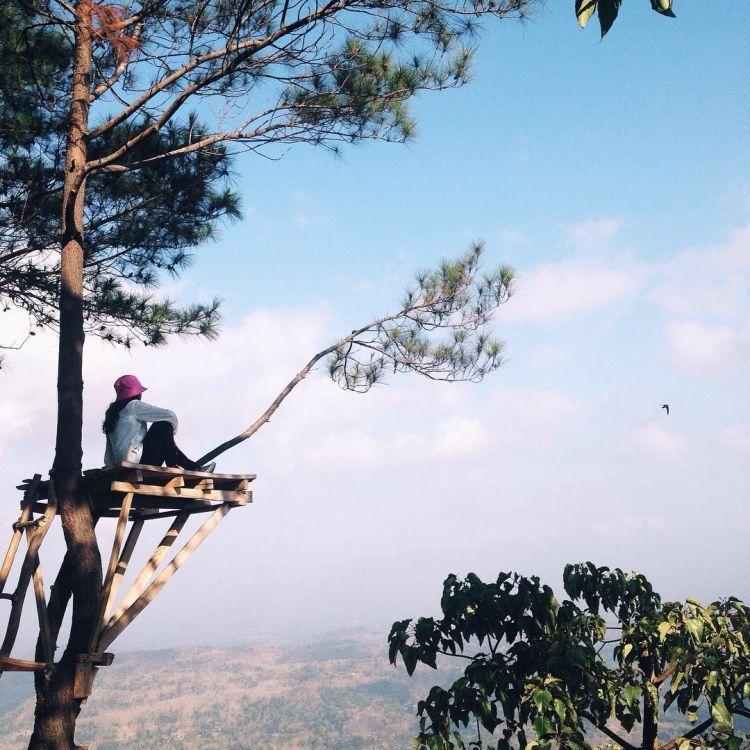 Puncak Becici memberi pemandangan Jogja dari ketinggian berbeda (Kredit: @rezapradinata)