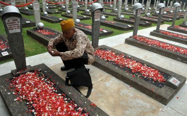 Tabur Bunga di Makam Pahlawan