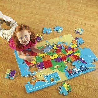 Anak menyusun puzzle