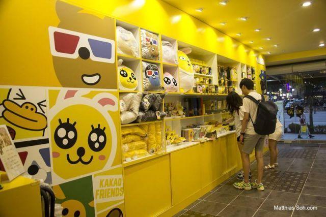 Ada banyak merchandise Kakaotalk, mulai dari boneka hingga flashdisk