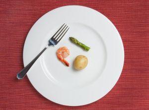 Rela makan sedikit karena sungkan