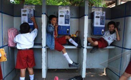 Kalau telepon rumah sudah digembok, telepon umum jadi penyelamat.