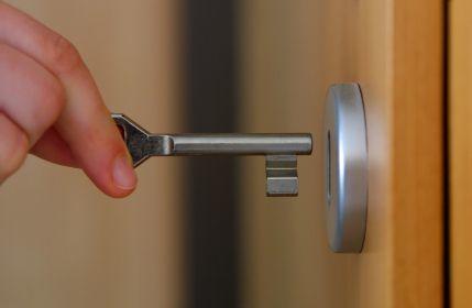 Jangan lupa mengunci pintu dan jendela kamar