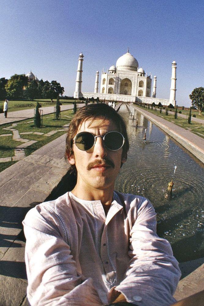 Sebelum ngetren, George Harisson sudah selfie duluan di Taj Mahal (1966))