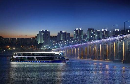 Ferry Cruise di Malam Hari