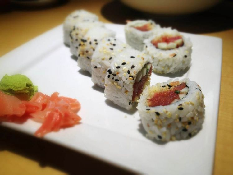 Setep by step spicy tuna sushi