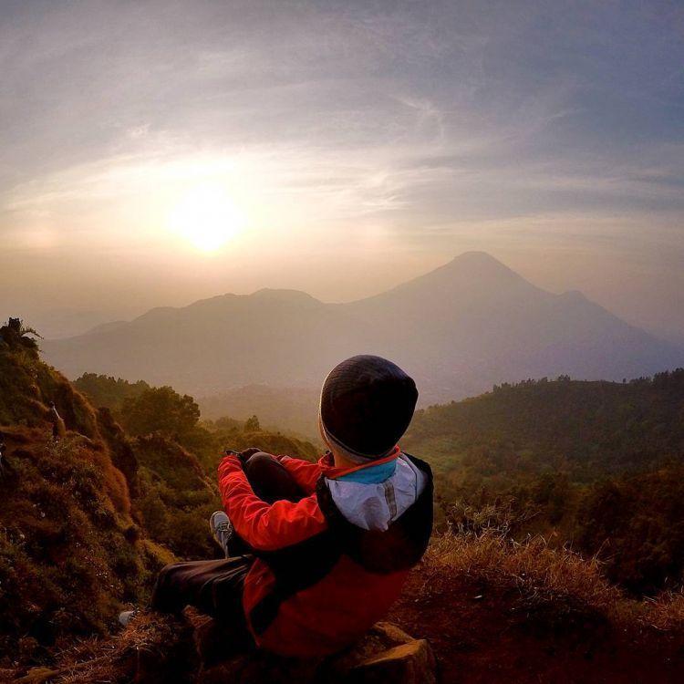 Dieng dan golden sunrisenya. Dewa. (Kredit foto: @dikamigi)