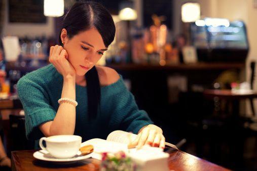 membaca buku favorit di coffee shop