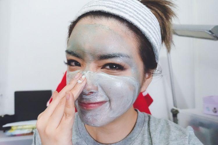 Scrub wajahmu demi menghilangkan sel kulit mati