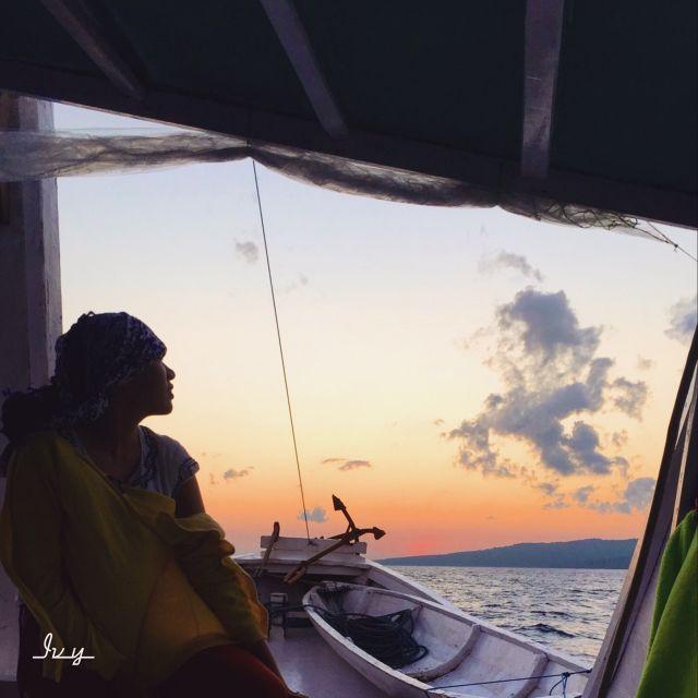 menikmati matahari terbit berteman angin laut