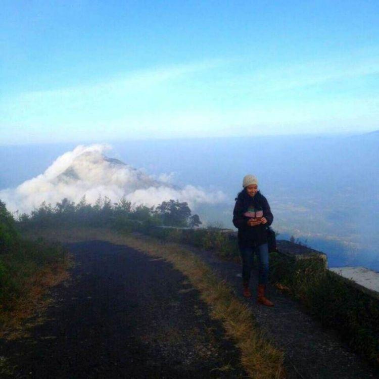 Yang belum terbiasa mendaki, masih punya harapan untuk menjamah puncak Telomoyo. Karena dapat dijangkau dengan motor (Kredit: Natalia Dewi)