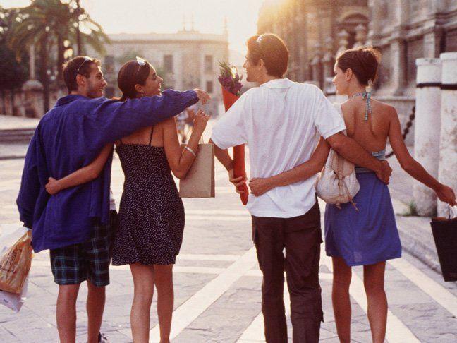Berbagi waktu dengan sahabat dan pasangan sungguh menyenangkan.