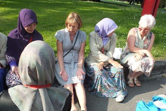Bahkan nenek-nenek masih bersemangat belajar Tari Ratoeh (Dok. Pribadi)