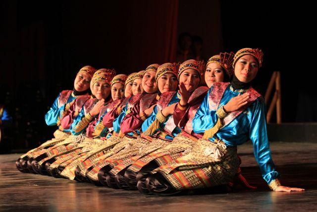 Kesalahan kecil salah seorang penari terekam gambar (foto oleh: Yulian Prasetya)