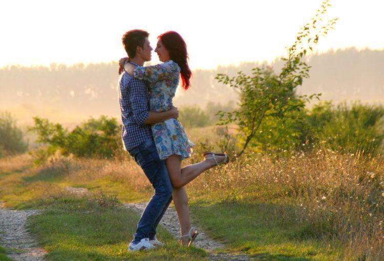 Pasangan LDR harus berpuas diri maaf-maafan via chat sesudah bertengkar. *puk-puk* (photo: Pixabay.com)
