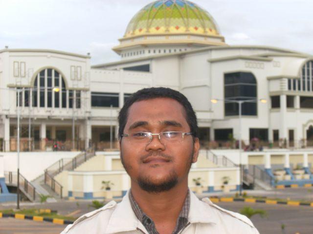 Di depan Masjid Baiturrahman