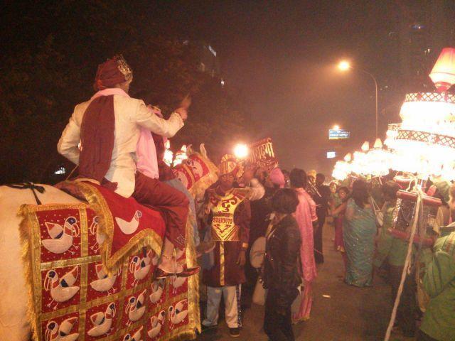 Tiba - tiba lihat ada ritual pernikahan di jalan. Siapa yang gak mau sih?